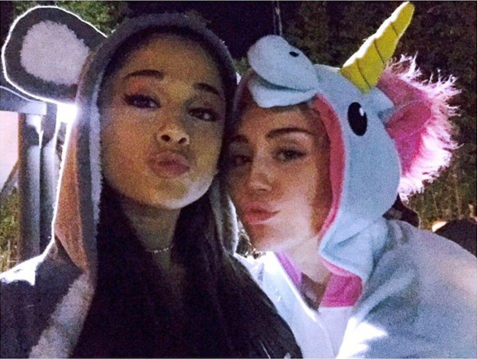 """13. Februar 2015  Ariana Grande unterstützt Miley Cyrus bei ihrer """"Happy Hippie Foundation"""", um jungen obdachlosen Menschen zu helfen."""