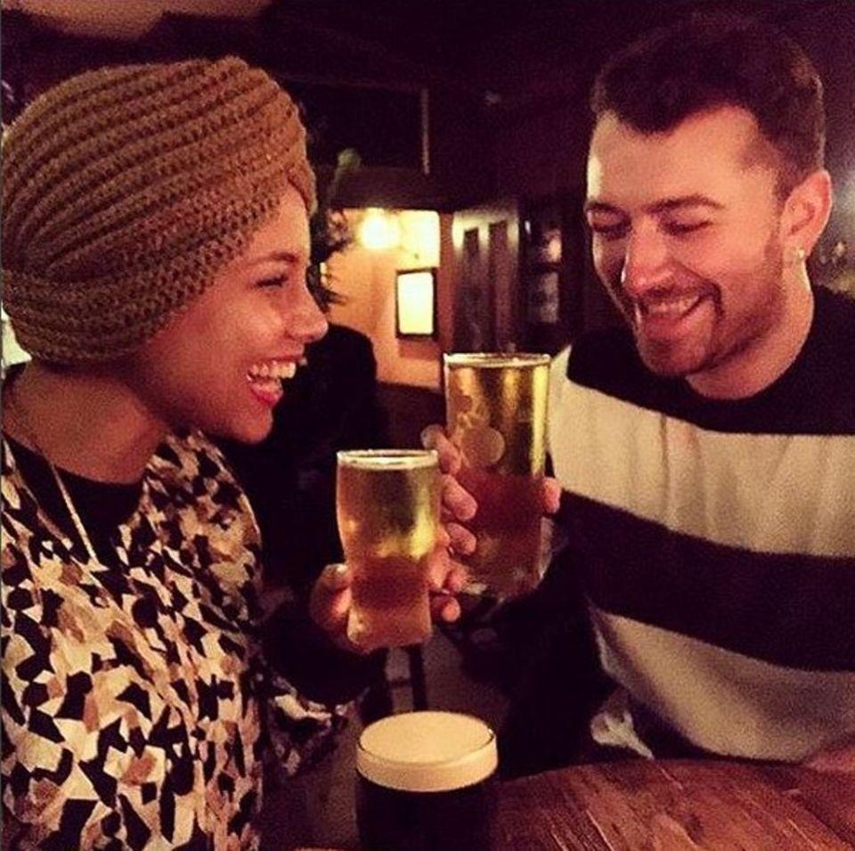 Oktober 2015  Sam Smith hat's geschafft: Alicia Keys ist zum ersten Mal in einem englischen Pub.