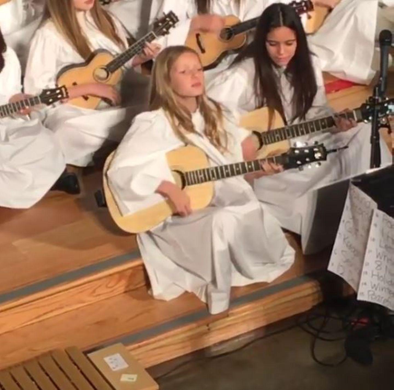 """Dezember 2015  Musik liegt der kleinen Apple Paltrow einfach im Blut. Auf einem Video, dass Mama Gwyneth postet, spielt die elfjährige Tochter von Sänger Chris Martin Gitarre und singt """"Keegan's Christmas""""."""