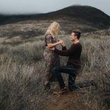 """Dezember 2015  """"Sie hat Ja gesagt"""", schreibt Hudson Shaeffer stolz zu dem atemberaubenden Instagram-Foto, das ihn auf Knien vor seiner langjährigen Freundin, dem """"Pretty Little Liars""""-Serienstar Sasha Pieterse zeigt. Damit hat sich die Schauspielerin im jungen Alter von 19 Jahren verlobt."""