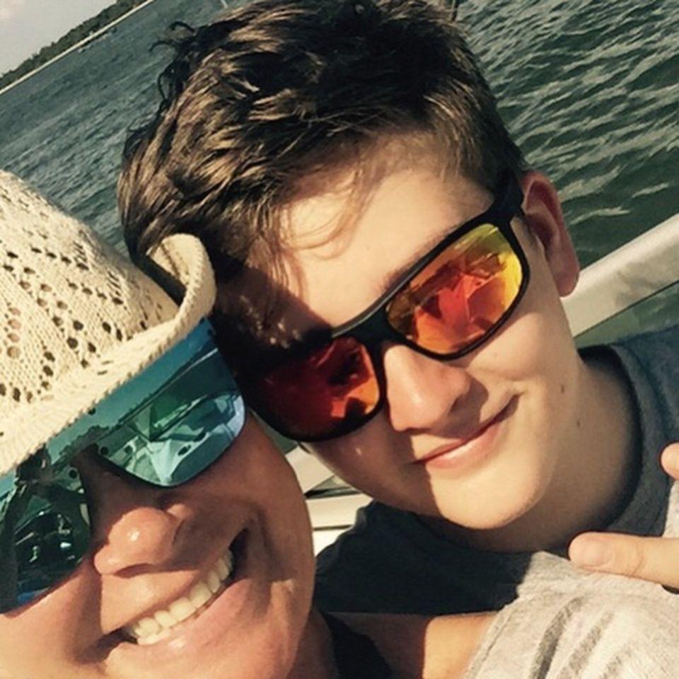 März 2015: Während einer Bootstour übers Meer posiert Claudia Effenberg mit ihrem Sohn für ein Selfie.