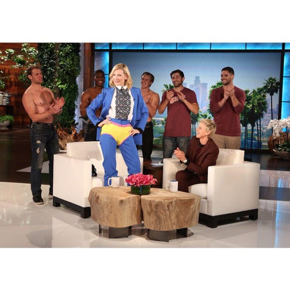 März 2015  Was ist da denn los?! In der Show von Ellen DeGeneres trägt Cate Blanchett ein Höschen über ihrem Outfit.