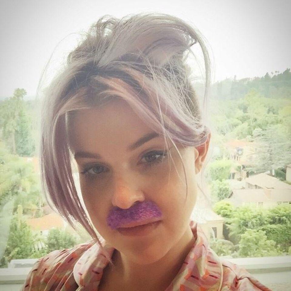 Juni 2015  So würde Kelly Osbourne vermutlich aussehen, wäre sie ein Mann. Statt lila Haare gäbe es einen lila Schnurrbart für die Künstlerin.