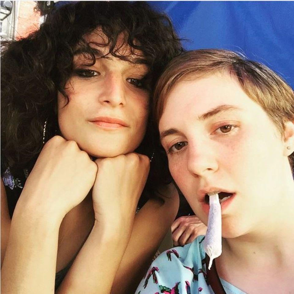 Juni 2015: Für ein Selfie mit Jenny Slate steckt sich Lena Dunham einen 'zu gross geratenen fake-Joint' zwischen die Lippen.