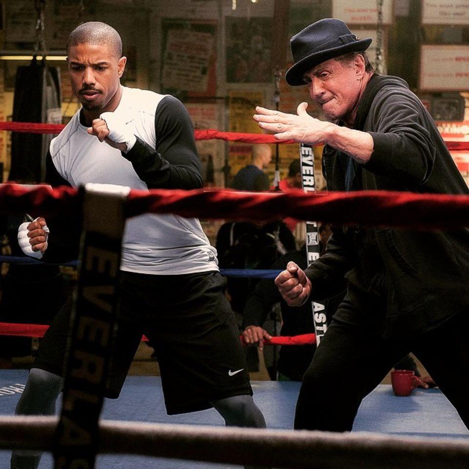 """April 2015: Rocky ist zurück! Auf dem ersten Bild zum Spin-off """"Creed"""" zeigt Sylvester Stallone als legendärer Boxer seinem Schützling Michael B. Jordan, wie man richtig in Position geht."""