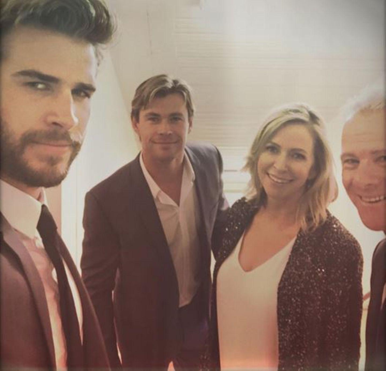 Oktober 2015  Familie Hemsworth macht sich auf den Weg zu einer Premierenfeier.
