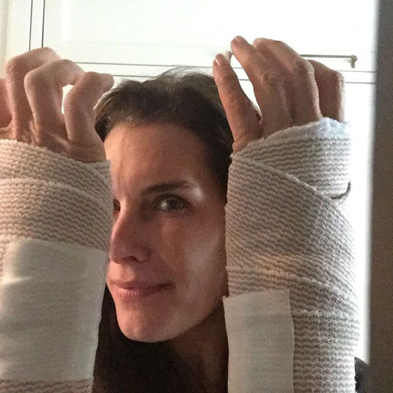 November 2015  Brooke Shields ist erleichtert: Wegen des sogenannten Karpaltunnelsyndroms, das ihr jahrelang Schmerzen verursacht hat, ist sie jetzt an beiden Handgelenken operiert worden.