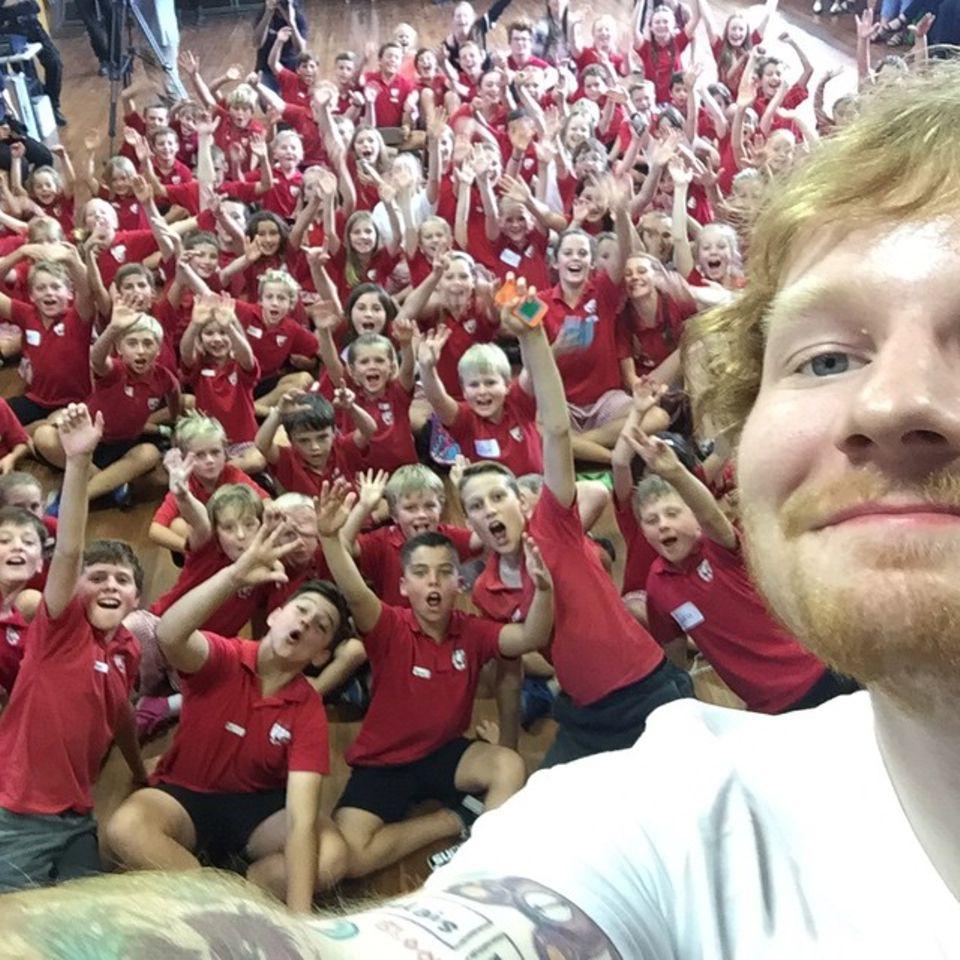 April 2015: Was für ein aufregender Besuch für diese erste Klasse. Ed Sheeran kam an diesem Nachmittag vorbei, um ein wenig mit ihnen zu singen.