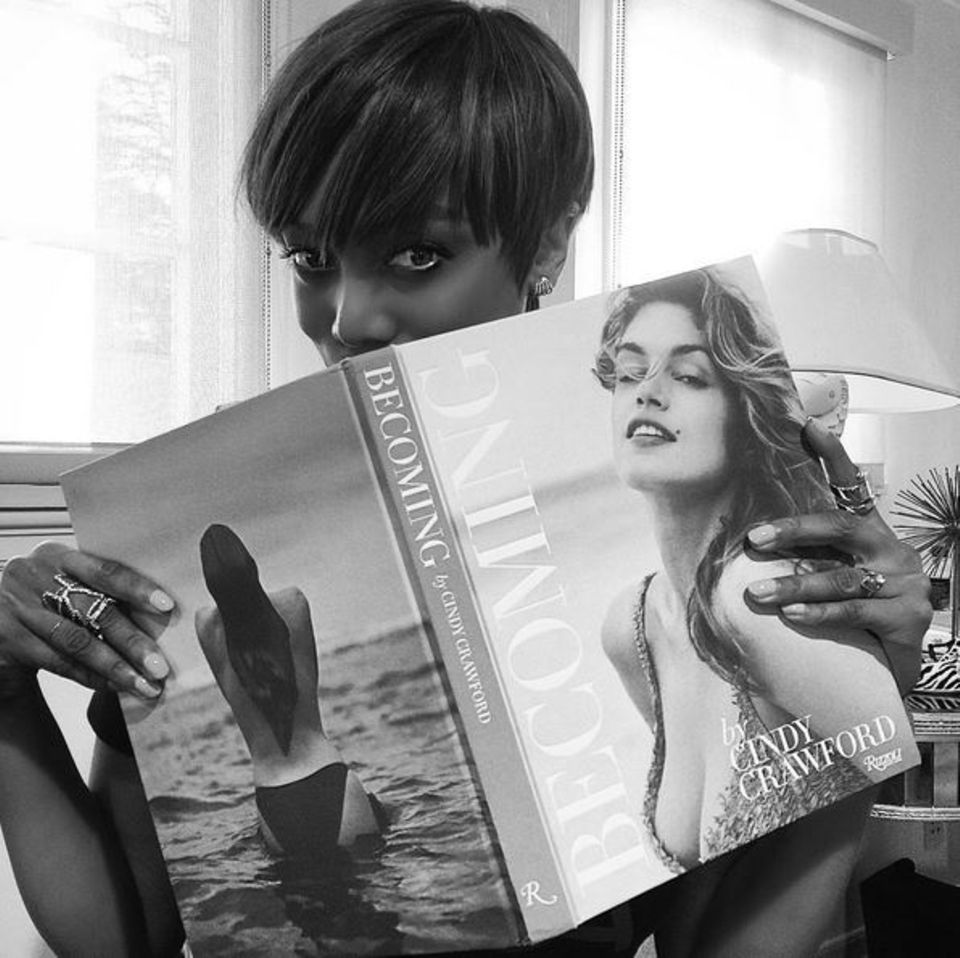 September 2015  Tyra Banks fühlt sich durch Cindy Crawford inspiriert und gratuliert ihr zu ihrem neuen Buch.