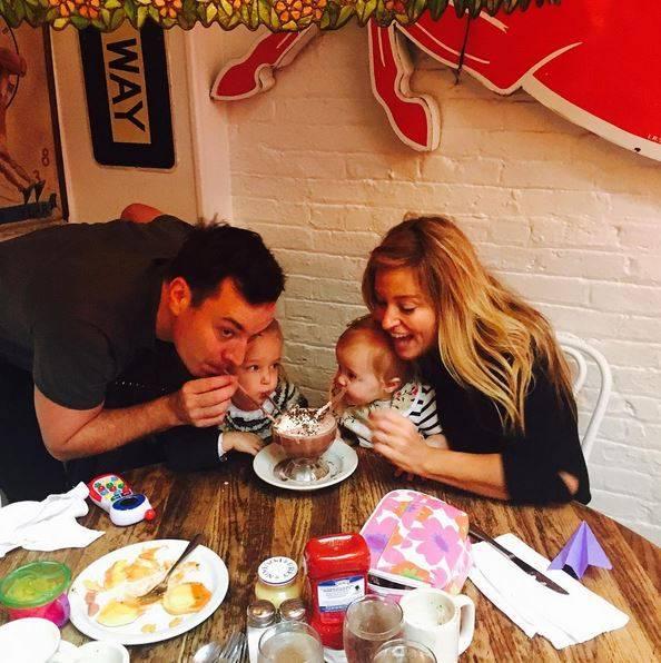 Dezember 2015  Jimmy Fallon etabliert eine neue Familientradition: Die gefrorene heiße Schokolade kommt bei allen sehr gut an. Das schmeckt nach mehr.