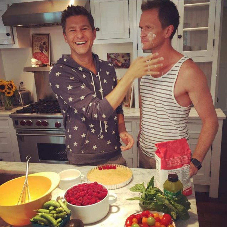 Neil Patrick Harris freut sich: Dank Amazon-Prime kauft er stressfrei ein und hat gleichzeitig mehr Zeit mit seinem Mann in der Küche.
