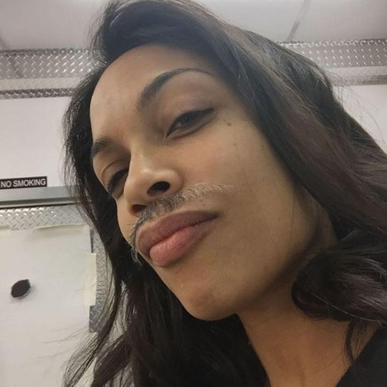 November 2015  Sexy! Rosario Dawson feiert den #Movember am Set ihres neuen Films.