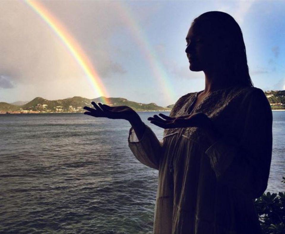 Dezember 2015  Candice Swanepoel hat magische Kräfte und zaubert auf einer karibischen Insel gleich mehrere Regenbögen.