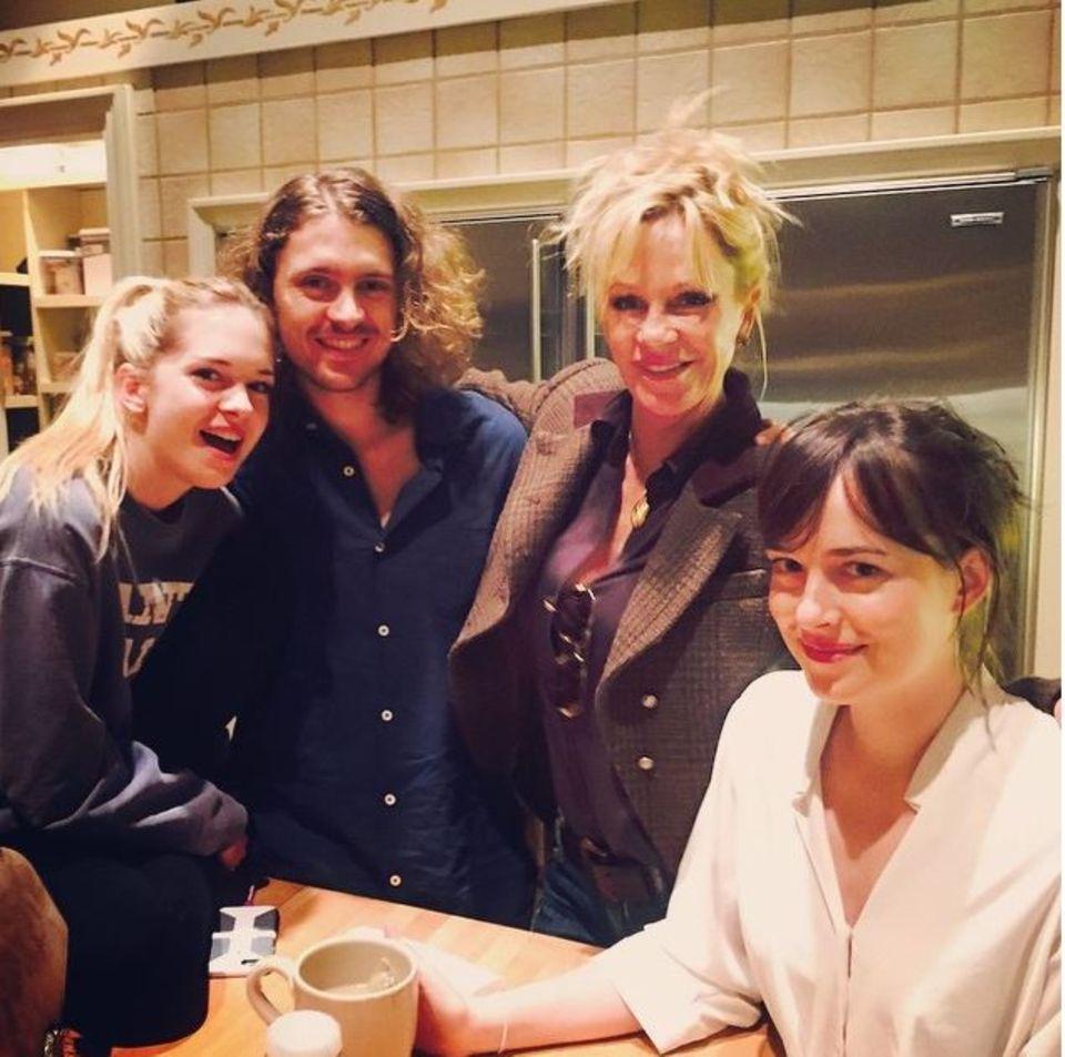 Juni 2015  Melanie Griffith postet stolz ein Foto mit ihren drei Kindern Stella, Alexander und Dakota.