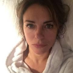Dezember 2015  Elizabeth Hurley liegt krank im Bett und bemitleidet sich selbst. Sogar die Augäpfel tun ihr weh.