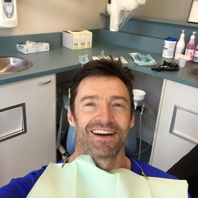 November 2015  Auch Superstars müssen mal leiden: Hugh Jackman twittert fleißig vom Zahnarztstuhl.