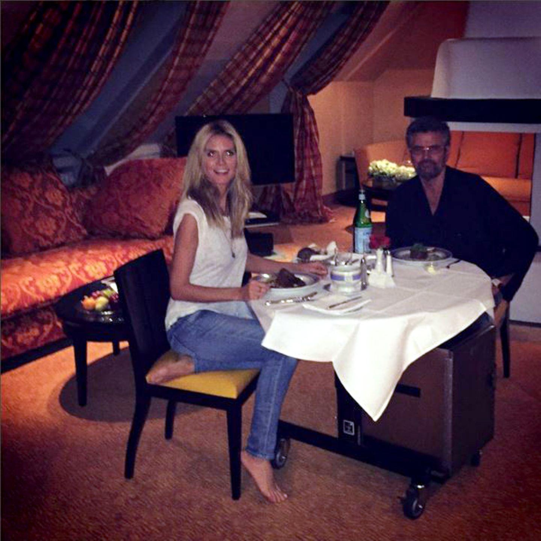 """November 2015   Für das """"GNTM""""-Casting tourt Heidi Klum durch die deutschen Städte auf der Suche nach dem nächsten deutschen Topmodel und gönnt sich und ihrem Vater Günther Klum ein Mitternachtssnack in München."""