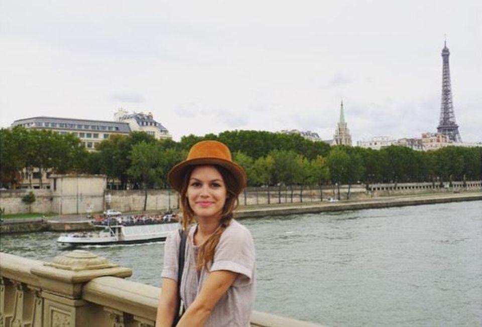 Rachel Bilson postet stolz ihre neue Errungenschaft. Der Hut stammt aus einem Vintageladen in Paris.