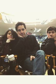 Januar 2015   Selena Gomez und Paul Rudd stehen gemeinsam vor der Kamera und hängen auch total gerne nach dem Dreh zusammen ab. Nein, sie sind nicht gelangweilt, es sieht nur so aus!