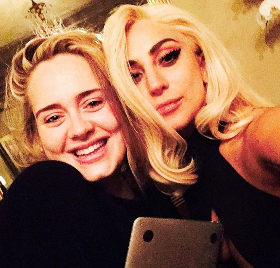 Januar 2015  Endlich sehen wir Adele mal wieder! Lachend posiert die Sängerin mit Lady GaGa für ein Selfie.