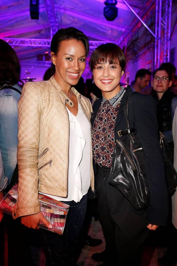 Während Dominique Siassi auf eine farbenfrohe Clutch mit Kroko- und Schlangenprägung setzt, trägt Nina Moghaddam lieber eine große Schultertasche aus schwarzem Leder.