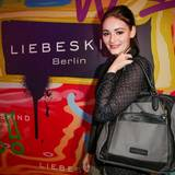 Shooting-Star Maria Ehrich kombiniert zur schwarzen Punkte-Bluse einen Oversize-Shopper in Grau und Schwarz.