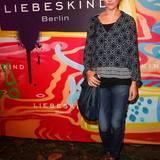 Schauspielerin Alissa Jung mit einer schwarzen, langen Crossbody-Bag des Labels.