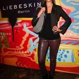Lederhose, Lederjacke und - na klar - Lederhandtasche! Susan Hoecke posiert mit ihrem grauen Shopper im Berliner Store.