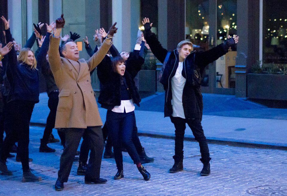 """15. Februar 2015: Für das neue Musikvideo von Carly Rea Jepsen tanzen Tom Hanks und Justin Bieber durch die Straßen von Soho und bieten den New Yorkern eine Szene wie aus """"High School Musical""""."""