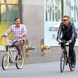"""3. Mai 2015: Fahrradunfall beim Dreh: Noch sieht alles spaßig aus, doch beim gemütlichen Radeln stürzt plötzlich """"U2""""-Sänger Bono und verletzt sich dabei so schwer am Arm, dass dieser operiert werden muss. Als wäre das alles nicht schon ärgerlich genug, zwingt das die Band nun auch, ihre Auftrittserie in der """"The Tonight Show Starring Jimmy Fallon"""" abzusagen."""