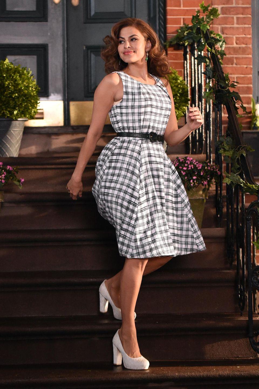 18. Februar 2015: Eva Mendes sieht nach der Geburt ihrer Tochter Esmeralda wieder rank und schlank aus und ist wieder im Geschäft. Sie dreht einen Werbespot in Los Angeles.
