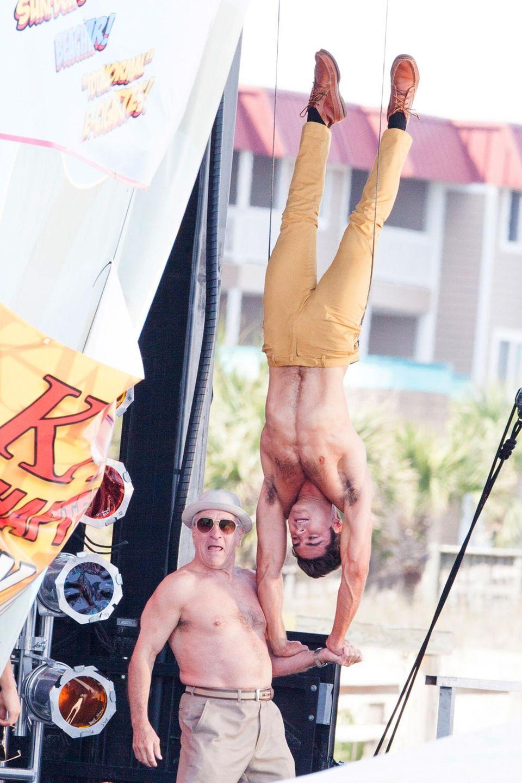 "28. April 2015: Volle Action! Oberkörperfrei drehen Zac Efron und Robert De Niro den Film ""Dirty Grandpa""."