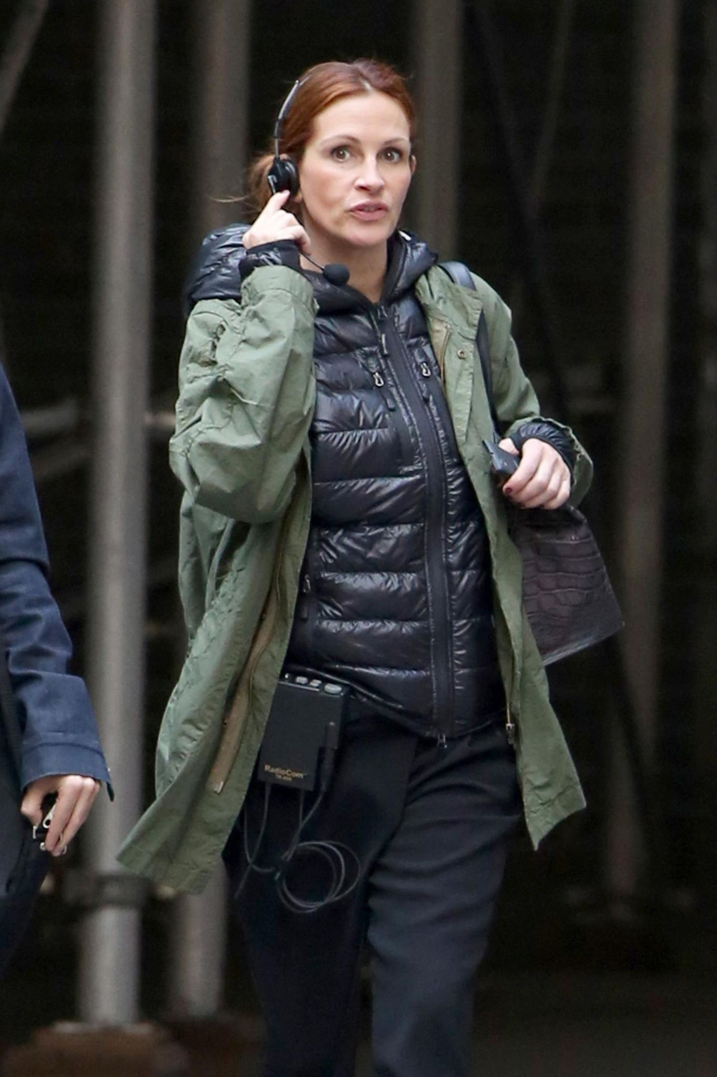 """19. April 2015: Sehr beschäftigt erscheint Julia Roberts mit einem Headset bei den Dreharbeiten von """"Money Monster""""."""