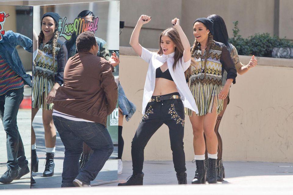 """22. Juli 2015: Hailee Steinfeld tanzt für das Video ihres ersten Liedes """"Love Myself"""" vor einem Spiegel in Downtown Los Angeles."""