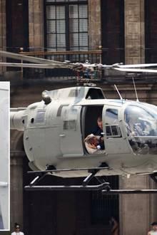 28. März 2015: ... für die spannende Kampfszene im Helikopter lässt Daniel Craig dann aber doch ein Double ran.