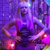 """28. Oktober 2015: In einer weiteren Filmszene für """"Neighbours 2"""" trägt Chloe Grace Moretz ein pink-schwarz gestreiftes Minikleid und eine blonde Perücke. Let ?s party!"""