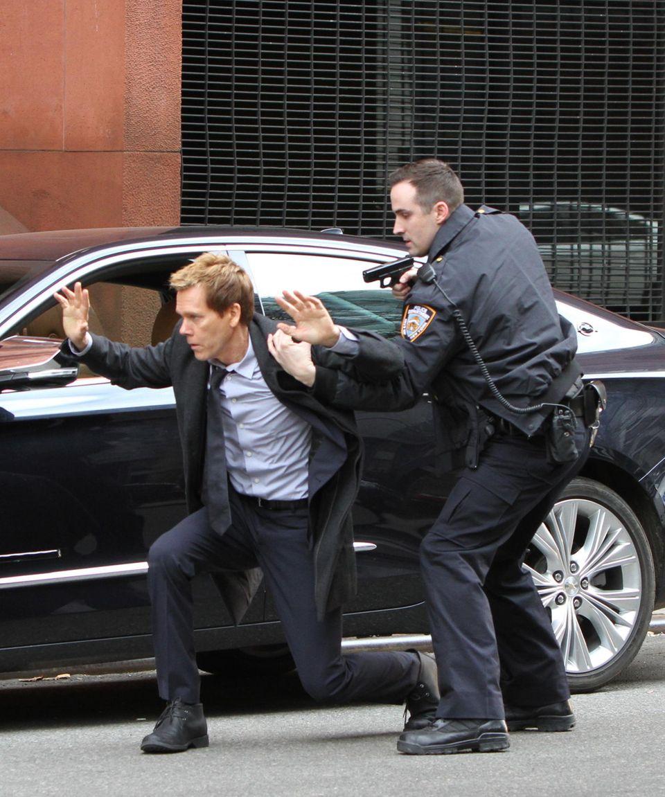 """22. Januar 2015: Bei dem Dreh zu der Serie """"The Following"""" wird Kevin Bacon von einem Polizisten überführt."""