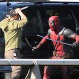 """9. April 2015: Ryan Reynolds dreht derzeit in seiner Heimat Vancouver die """"Marvel""""-Comicverfilmung """"Deadpool"""". Während einer Drehpause wurde er von einem Auto angefahren, blieb glücklicherweise aber unverletzt."""