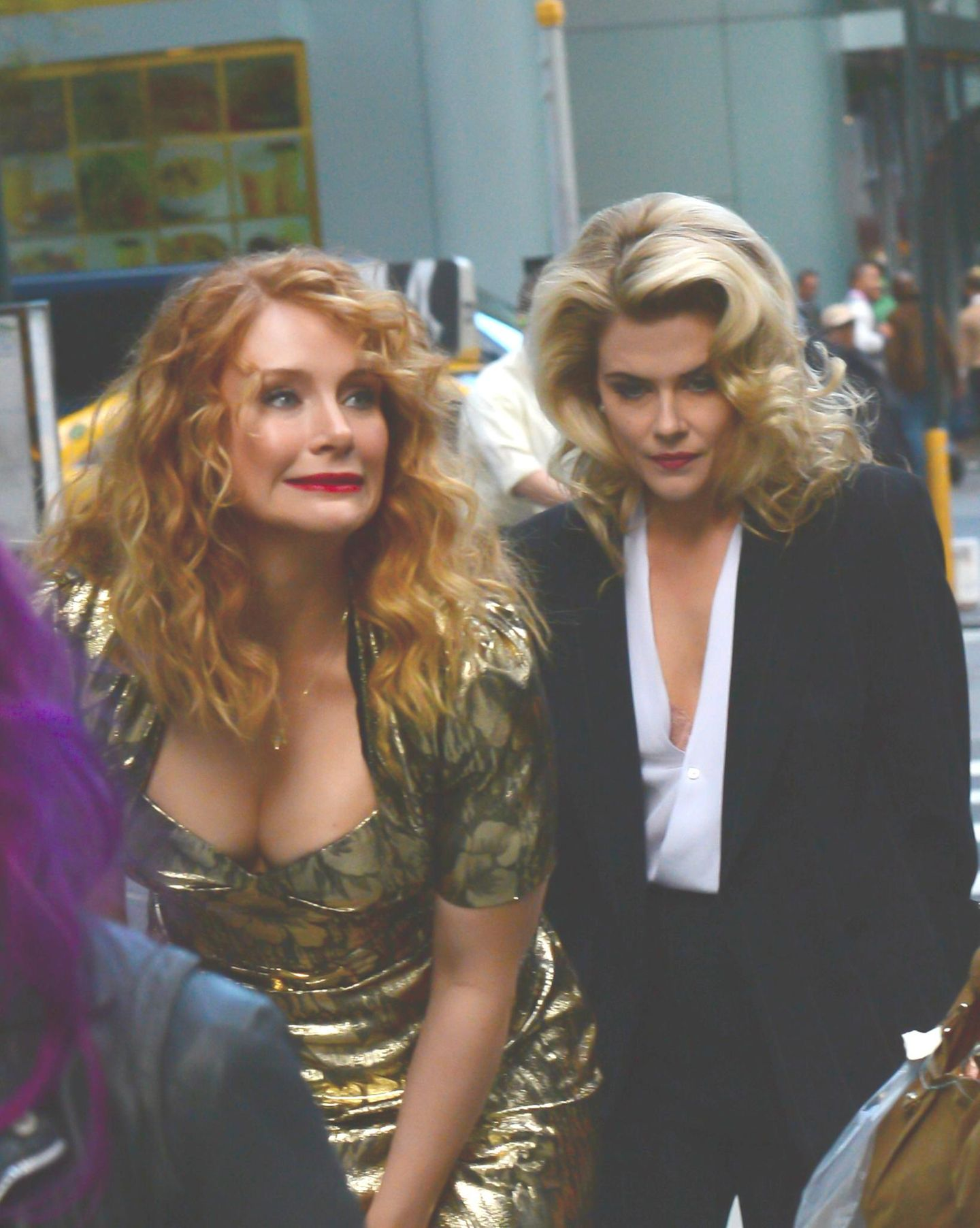 """6. Oktober 2015: Bryce Dallas Howard und Rachael Taylor sind am Set von """"Gold"""" in New York unterwegs."""