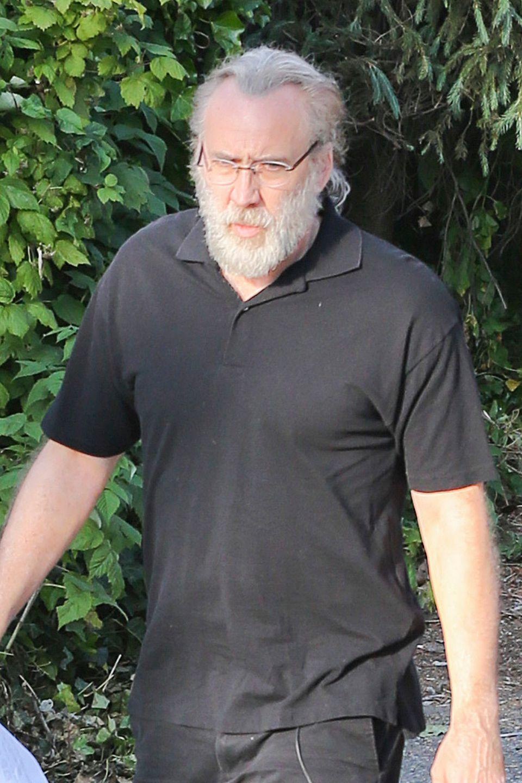 """22. Mai 2015: So haben wir ihn noch nie gesehen - Nicolas Cage trägt für seine Rolle als Osama Bin Laden in """"Amy Of One"""" die Haare weiß, ob er seine Haare dafür färben musste oder ob er sie einfach mal nicht gefärbt hat bleibt offen ..."""