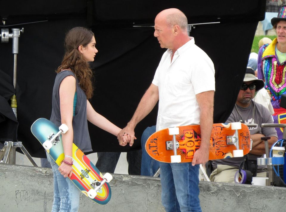 """6. Juli 2015: Bruce Willis hält mit seiner Film-Tochter Händchen während der Dreharbeiten im """"Venice-Skatepark"""" in Los Angeles."""