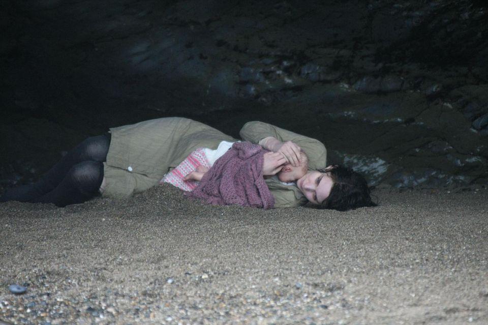"""27. Januar 2015: Rooney Mara liegt an einem Strand mit einem Baby im Arm beim Dreh von """"The Secret Scripture"""". Das Baby ist natürlich nur eine Puppe."""