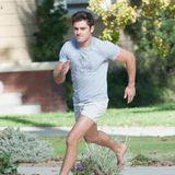 """26. Oktober 2015: In einer Filmszene für """"Neighbors 2"""" rennt Zac Efron barfuß die Strasse entlang. Welchen Nachbarn er wohl diesmal ärgert?"""