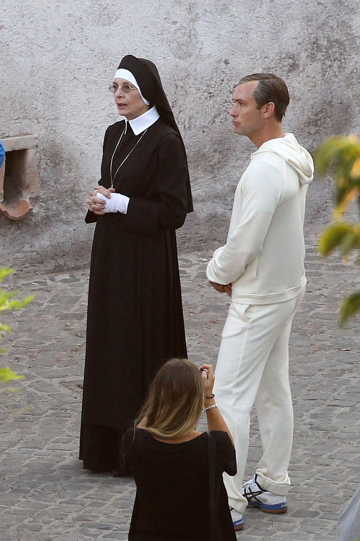 5. August 2015: Diane Keaton steht als Nonne und Jude Law steht als Papst für ein TV-Drama vor der Kamera.