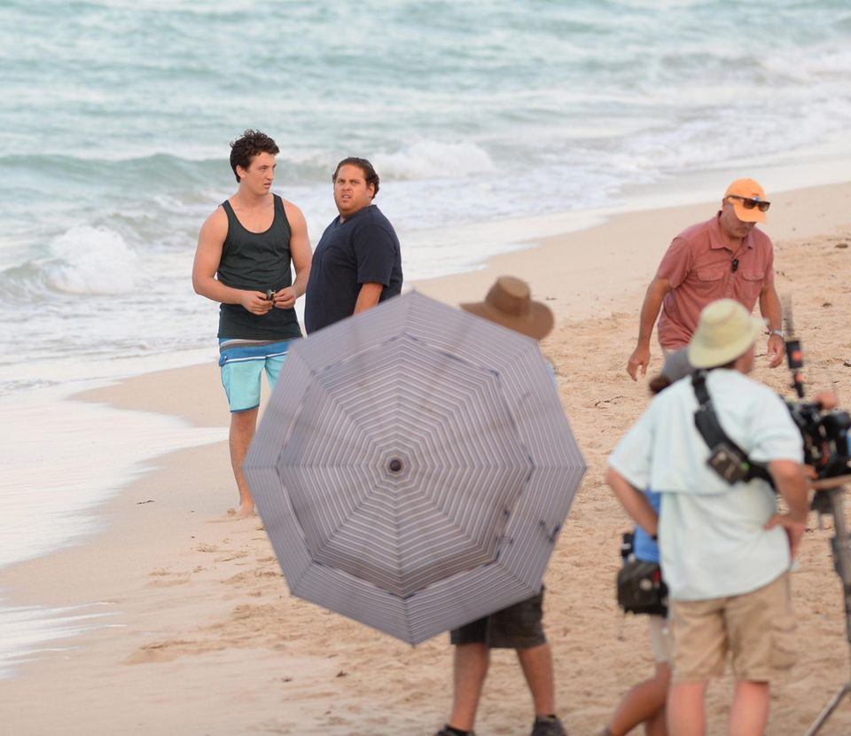 """8. Mai 2015: Jonah Hill und Schauspielkollege Miles Teller sind am Set von """"Arms and Dudes"""" am Strand von Miami und warten auf Regieanweisungen."""