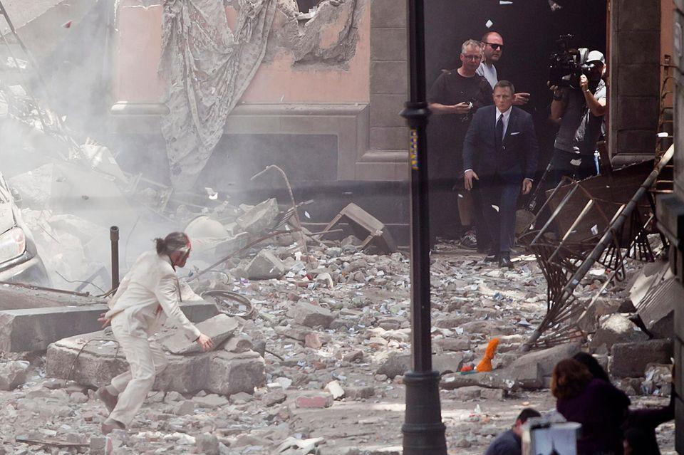 """24. März 2015: Auch in dem neuen James Bond Film """"Spectre"""" dürfen wir uns auf viele Explosionen und spannende Verfolgungsjagden freuen. Hier beginnt so eine Verfolgung und Daniel Craig jagt seinen Gegner durch die Straßen von Mexico City ..."""