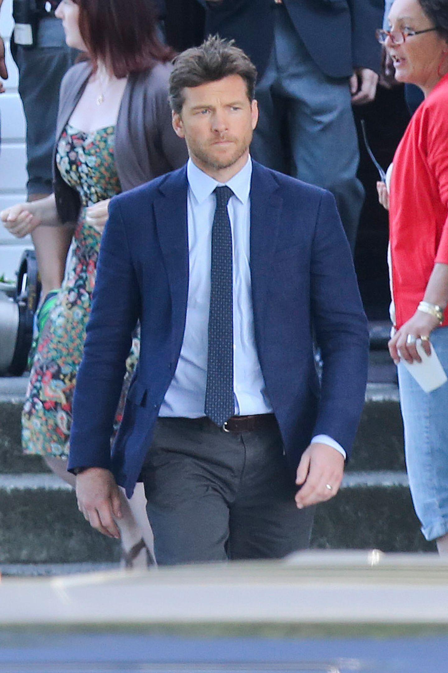 """23. Juni 2015: Der Action-Star Sam Worthington macht sich beim Dreh zu """"The Shack"""" auf den Weg ans nächste Set: eine Kirche."""