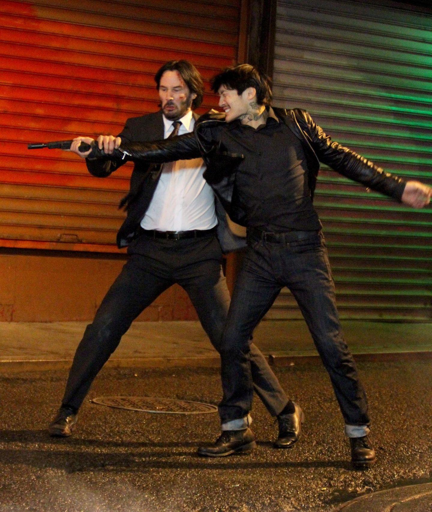 """17. November 2015: Hier geht's zu Sache: Keanu Reeves dreht eine blutige Actionszene in Chinatown für """"John Wick 2""""."""