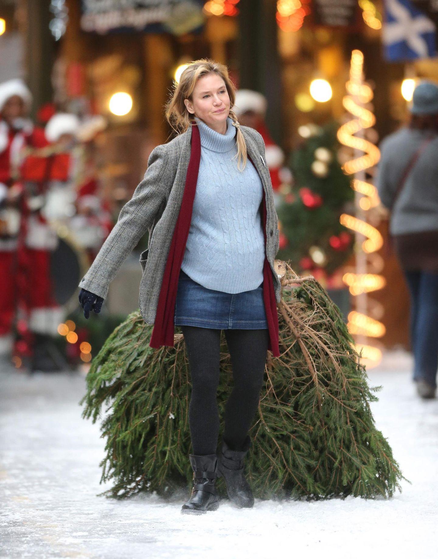 """13. Oktober 2015: Renée Zellweger schleppt als """"Bridget Jones"""" einen Weihnachtsbaum durch den Borough Market in London."""