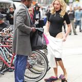 """14. Oktober 2015: Schnell die Kleidung wechseln: Katherine Heigl zieht sich am Set des Films """"Doubt"""" mitten in New York um."""